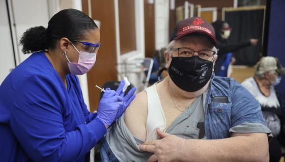 Shana Alesi administra una vacuna de refuerzo COVID-19 al veterano del Cuerpo de Marines Bill Fatz en el Hospital Edward Hines Jr. VA el en Hines, Illinois. (Foto: Scott Olson / Getty Images / AFP).