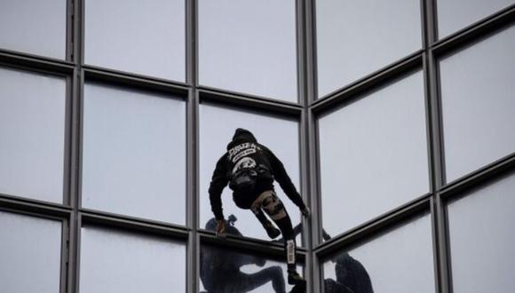 Alain Robert, conocido mundialmente como 'El hombre araña' trepó un edificio de 187 metros en apoyo a huelguista en Francia. (Foto: AFP)
