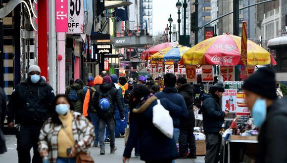 La gente camina por una concurrida zona comercial en medio de la pandemia de coronavirus el 5 de enero de 2021 en la ciudad de Nueva York. (Angela Weiss / AFP).