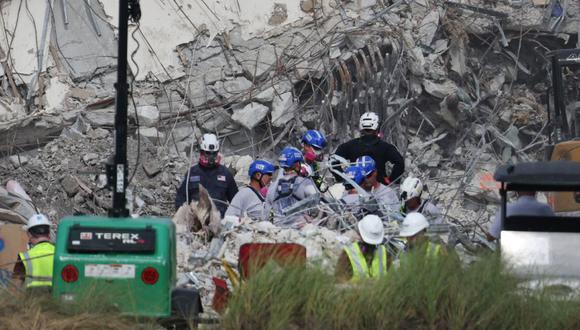 Los trabajadores de rescate trabajan para cavar a través de los escombros del edificio de condominios Champlain Towers South de 12 pisos colapsado en Surfside, Florida. (Foto: Anna Moneymaker / Getty Images / AFP).