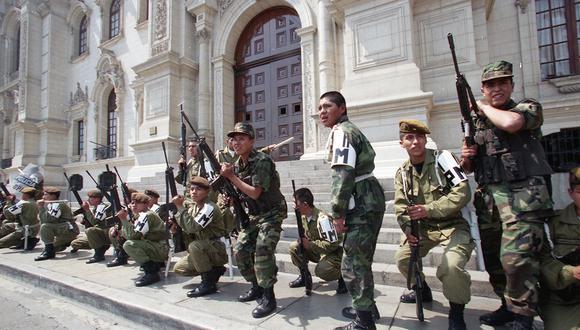 Miembros de la Policía Militar salen a defender Palacio de Gobierno ante la arremetida violenta de un grupo de vándalos del sector construcción civil el 30 de setiembre de 1998. (Foto: GEC Archivo Histórico)