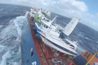 El dramático rescate aéreo de la tripulación de un buque de carga en alta mar en Noruega