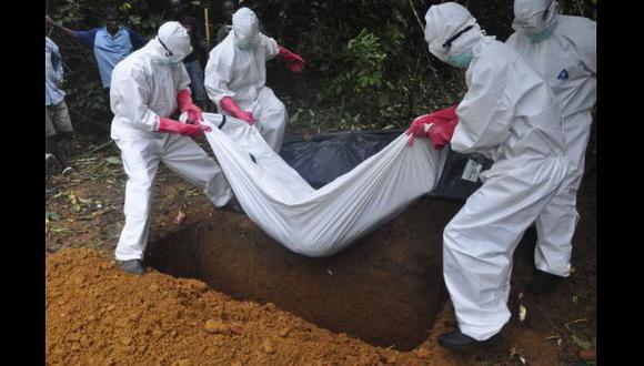 Enterrar víctimas de ébola: Un solo error puede ser mortal