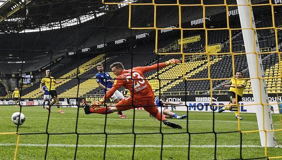 Con dos tantos en la portería del Schalke, el portugués Raphael Guerreiro fue la gran figura de la jornada histórica de la Bundesliga. Su equipo, el Dortmund, goleó 4-0 en casa. (Foto: AP).