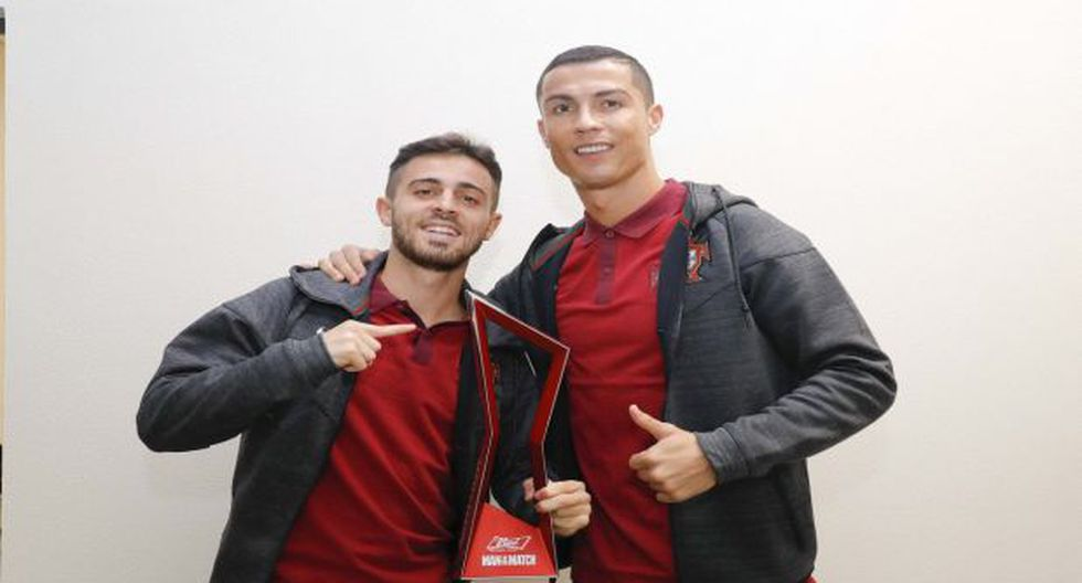 Cristiano Ronaldo no tuvo mejor idea que motivar a Bernardo Silva regalándole el premio MVP que recibió ante Nueva Zelanda. (Foto: Twitter)