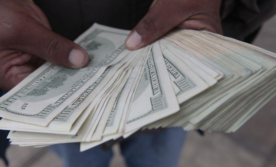 El dólar en el mercado informal ganaba un leve 0,11%, a 46,15 pesos argentinos. (Foto: GEC)