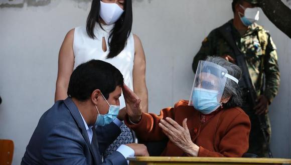 El candidato Andrés Arauz acompaña a su abuela Flor Cervina Galarza, de 106 años, a votar hoy, en Quito, Ecuador. (EFE/ José Jácome).