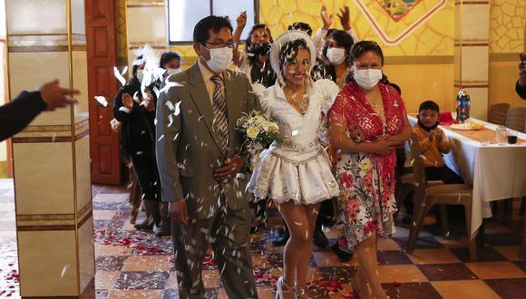 Como una medida para reactivar la economía, Bolivia declaró que ciertas actividades se podrán llevar a cabo en espacio abiertos. En la foto, un matrimonio llevado a cabo en La Paz, Bolvia, el 12 de diciembre del 2020. (AP Photo/Juan Karita)