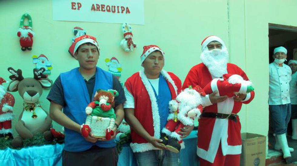 Reos del penal de Socabaya ponen a la venta productos navideños - 2