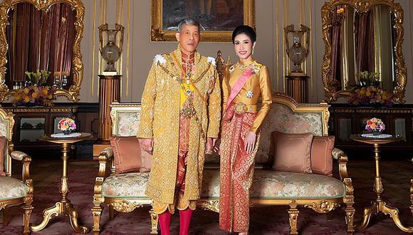 El rey de Tailandia Maha Vajiralongkorn y Sineenat Wongvajirapakdi en una imagen de agosto del 2019. Foto: AFP / THAILAND'S ROYAL OFFICE