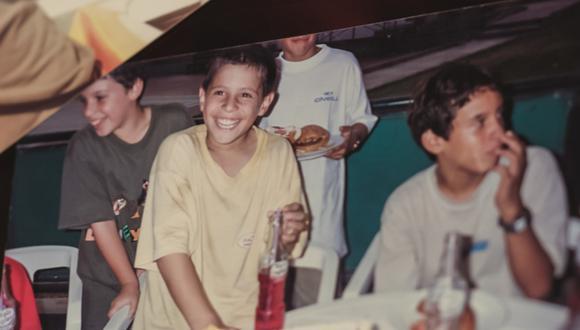 Aldo Corzo, al centro, con la infinita sonrisa que uno tiene cuando es niño. FOTO: Archivo Personal
