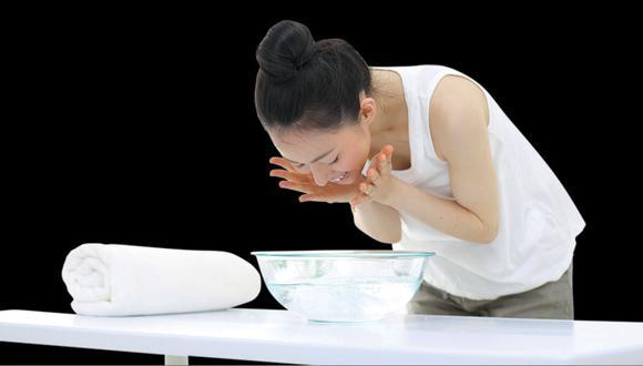 Meter tu cara en agua puede hacer esto por tu maquillaje