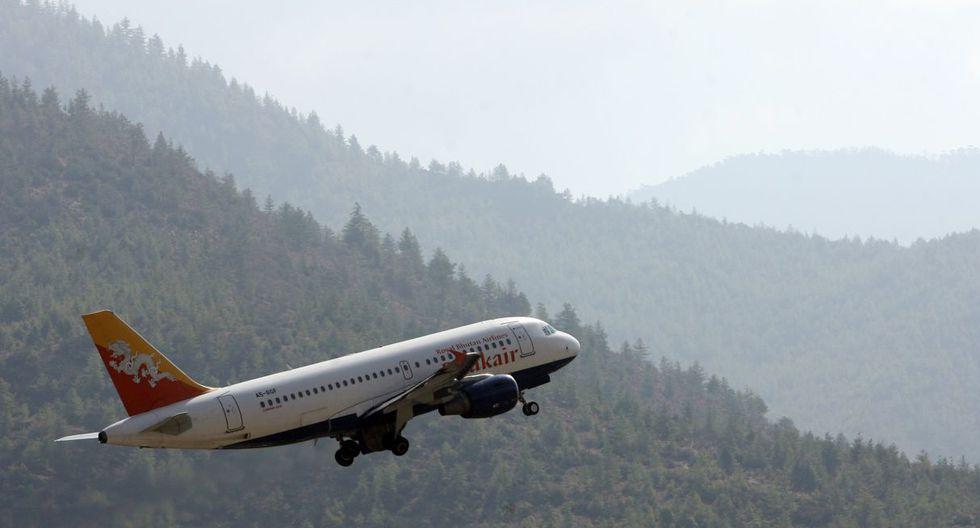 El aeropuerto de Paro es considerado uno de los más peligrosos del mundo, por el peligroso descenso que supone al estar ubicado entre altísimas montañas. (Foto: AFP)