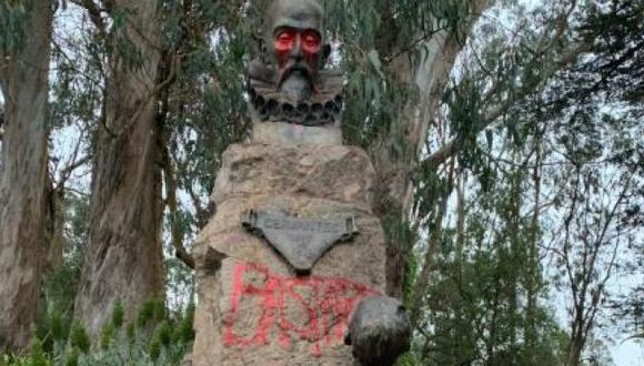 """Estados Unidos: Activistas pintan """"bastardo"""" sobre estatua de Miguel de Cervantes en San Francisco. (Twitter)."""