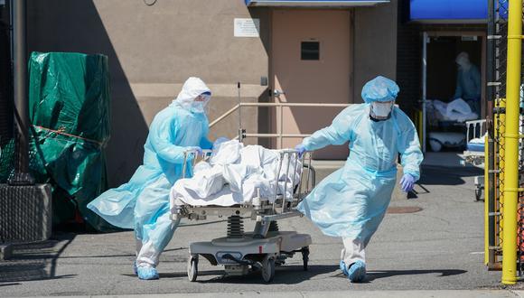 Trabajadores de salud que atienden a pacientes COVID-19 en un hospital de New York. (Foto: Bryan R. Smith / AFP)
