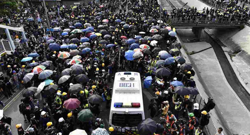 Manifestantes bloquean una camioneta de la policía durante una manifestación en el distrito de Yuen Long en Hong Kong. (Foto: AFP)