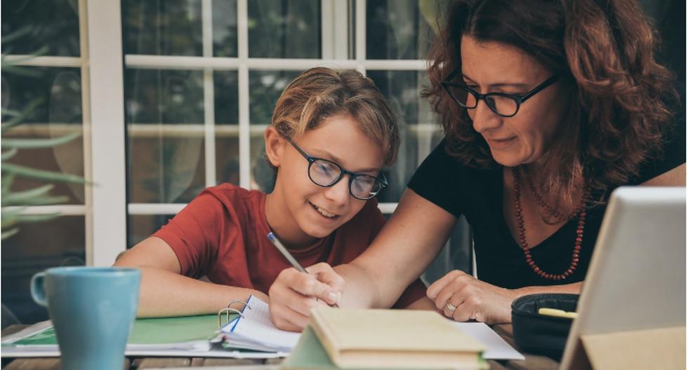 Gracias a la tecnología miles del niños alrededor del mundo pueden continuar estudiando, pero ¿Cuál es el papel de los padres en este proceso de enseñanza-aprendizaje? (Foto: Shutterstock)