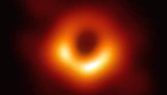 El agujero negro captado por el proyecto EHT está a 55 millones de años luz de la Tierra y tiene una masa 6,500 millones de veces superior a la del Sol. (Foto: AP)