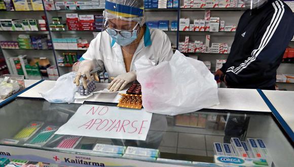 La Municipalidad de San Martín de Porres y la Policía Nacional realizan un operativo en las farmacias ubicadas al frente del Hospital Cayetano Heredia, en Lima, el pasado 20 de mayo (Foto: Lino Chipana/GEC).