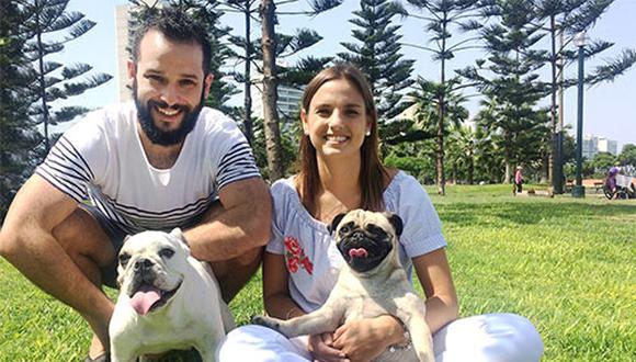 Juan Carlos Ramírez y Maria José Rubio junto a sus mascotas Lupe, Pug de 3 años 7 meses, y Bruna, cruce de Bulldog de 2 a 3 años, aproximadamente.