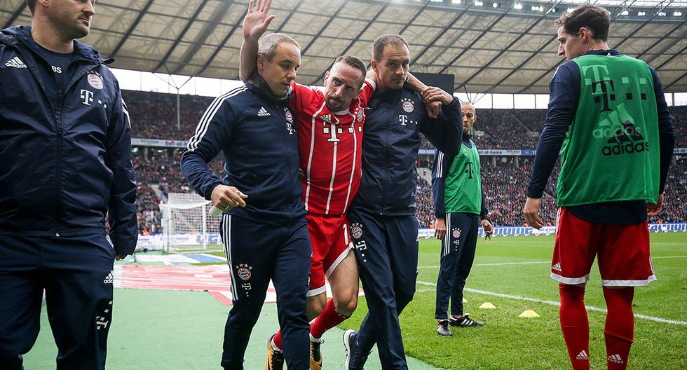 Bayern Munich's French midfielder Franck Ribery (C) is helped off the pitch by medical staff after injuring his knee during the German first division Bundesliga football match between Hertha Berlin and FC Bayern Munich in Berlin, on October 1, 2017.  - Germany OUT / RESTRICTIONS: DURING MATCH TIME: DFL RULES TO LIMIT THE ONLINE USAGE TO 15 PICTURES PER MATCH AND FORBID IMAGE SEQUENCES TO SIMULATE VIDEO. == RESTRICTED TO EDITORIAL USE == FOR FURTHER QUERIES PLEASE CONTACT DFL DIRECTLY AT + 49 69 650050   / AFP / dpa / Michael Kappeler / RESTRICTIONS: DURING MATCH TIME: DFL RULES TO LIMIT THE ONLINE USAGE TO 15 PICTURES PER MATCH AND FORBID IMAGE SEQUENCES TO SIMULATE VIDEO. == RESTRICTED TO EDITORIAL USE == FOR FURTHER QUERIES PLEASE CONTACT DFL DIRECTLY AT + 49 69 650050