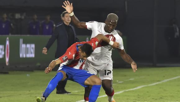 Ángel Romero y Luis Advíncula en el Perú vs. Paraguay, partido que cerró 2-2. (Foto: AFP)