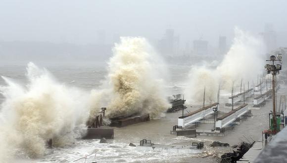 Las olas azotan la costa en Mumbai el 17 de mayo de 2021 debido al ciclón Tauktae. (Sujit Jaiswal / AFP).
