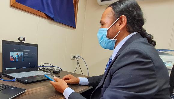 Al docente se le facilitó un ambiente privado y una laptop en el buque para que rinda su prueba. (Foto: MIDIS)