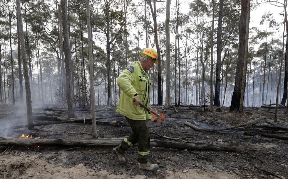 Los equipos que combaten los incendios forestales de Australia han podido pasar de la defensa a la ofensiva por primera vez en semanas gracias al clima más templado, dijeron bomberos. (AP)