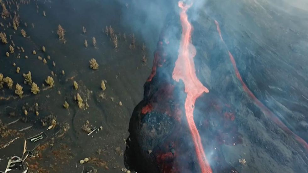 Captura de video del Instituto Geológico y Minero de España (IGME-CSIC) muestra una vista aérea de uno de las coladas de lava del volcán de La Palma que fluyen hacia el mar. (AFP).