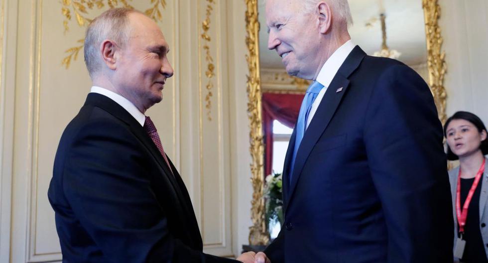 El presidente estadounidense Joe Biden (derecha) y el presidente ruso Vladimir Putin se dan la mano durante la cumbre en la Villa La Grange, en Ginebra. (EFE).