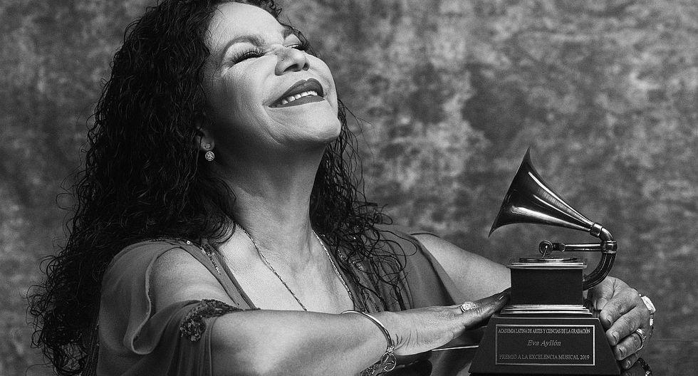 """Eva Ayllón tras recibir su Grammy Latino: """"Se lo entrego a mi país"""". (Foto: @latingrammys/Omar Cruz)"""