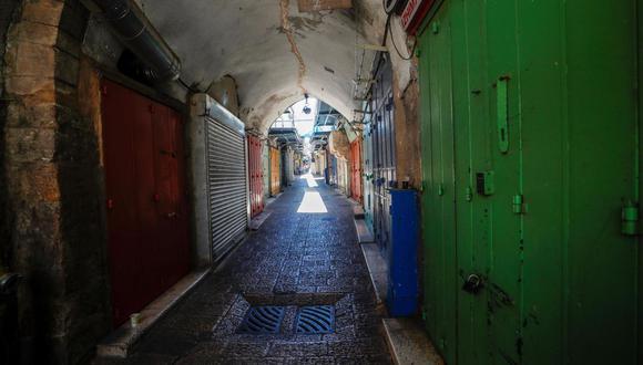 Callejones vacíos de la ciudad vieja de Jerusalén durante una huelga general en la ciudad convocada por los palestinos. (EFE / EPA / ATEF SAFADI).
