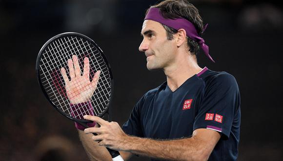 Roger Federer celebra tras superar la segunda etapa del Abierto de Australia ante el tenista serbio Filip Krajinovic. EFE/EPA/LUKAS COCH