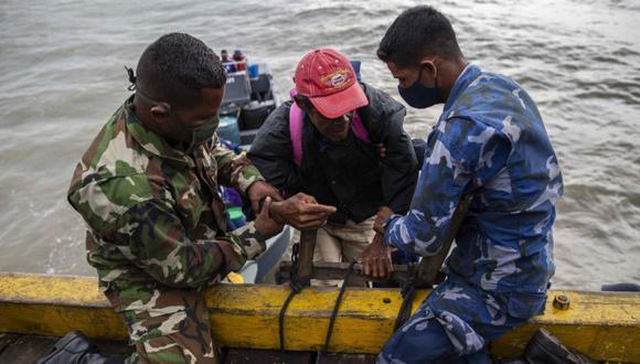 Los miembros de la Marina ayudan a evacuar a las personas de las comunidades de Karata y Wawa Bar antes de la llegada del huracán Iota a Bilwi, Puerto Cabezas, Nicaragua. (Foto: AFP / STR).