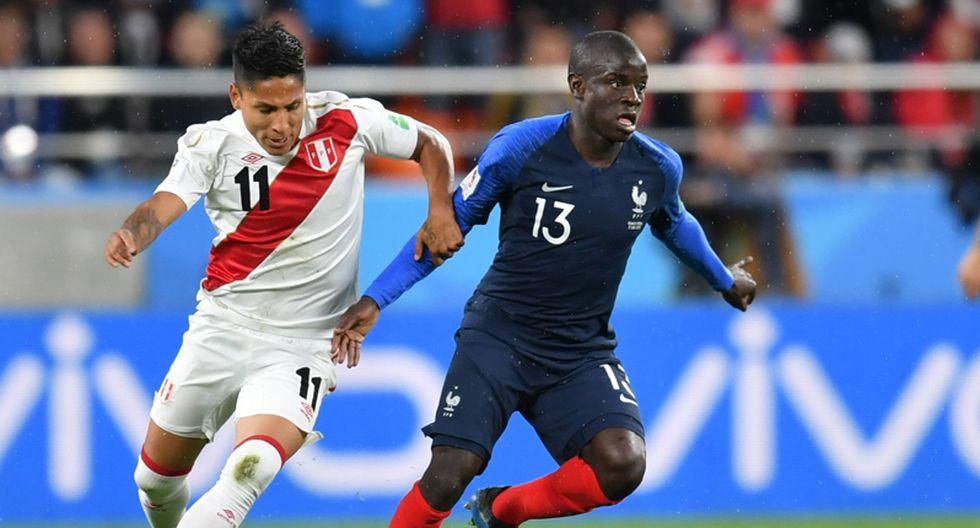 N'Golo Kanté disputa un balón con Raul Ruidíaz en el Mundial Rusia 2018. (AFP)