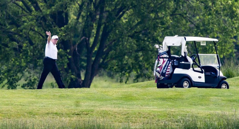 Donald Trump hace un saludo en el Trump National Golf Club en Sterling, Virginia (Estados Unidos). (EFE/EPA/JIM LO SCALZO).