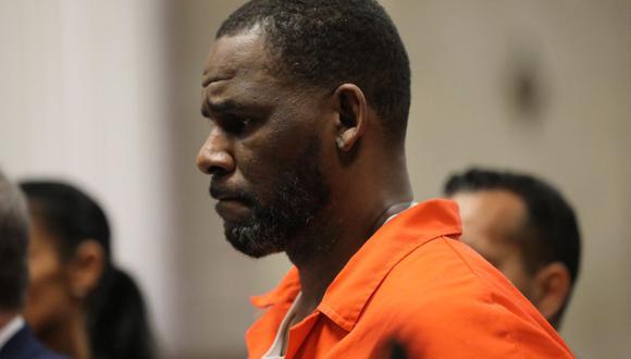 El cantante R. Kelly durante  ha sido encontrado culpable de liderar una red para perpetrar delitos sexuales. La foto tomada el 16 de septiembre de 2019 muestra al músico en una audiencia de la Corte Criminal de Leighton en Chicago. (Foto: Antonio PEREZ / AFP)