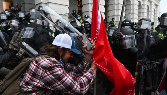 La policía antidisturbios rechaza a una multitud de partidarios del presidente de los Estados Unidos, Donald Trump, después de que irrumpieron en el edificio del Capitolio en Washington, DC. (Foto: Archivo/ ROBERTO SCHMIDT / AFP)