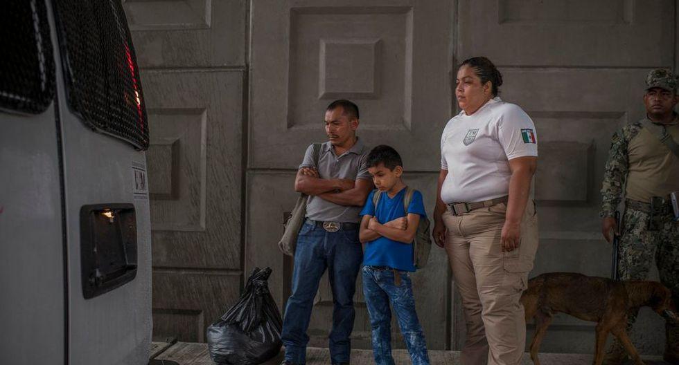 Estanislao Hernández, de 40 años, y su hijo Élder, de 10, migrantes de Honduras, fueron detenidos por las autoridades mexicanas en un puesto de control fronterizo en las afueras de Tapachula, México. (Daniele Volpe para The New York Times).