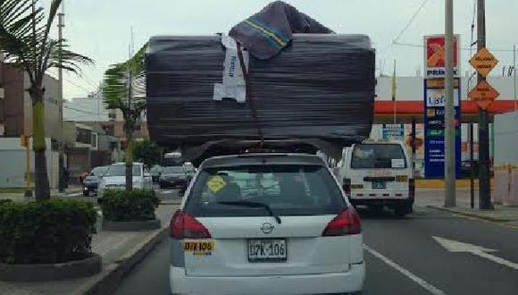 Un taxi que puede ocasionar un accidente