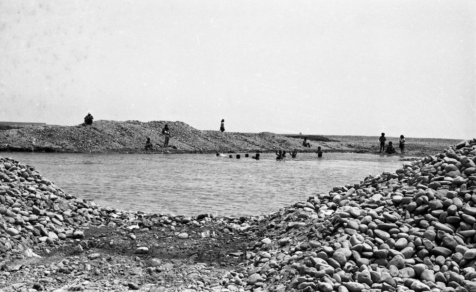 Una fotografía del río Chillón tomada el 14 de febrero de 1979. Se puede ver a un grupo de personas bañándose en lo que parece ser la desembocadura.  (Fotografía: Carlos del Rosario)