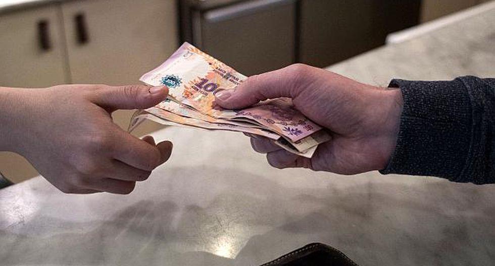 El peso argentino se depreciaba 2.08% en la franja informal este martes. (Foto: AFP)