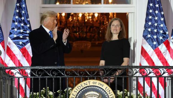 El presidente de EE. UU., Donald Trump, aplaude a la jueza adjunta de la Corte Suprema de EE.UU. Amy Coney Barrett después de que prestó juramento y prestó juramento para servir en la corte en el jardín sur de la Casa Blanca en Washington. (Foto: REUTERS / Jonathan Ernst).