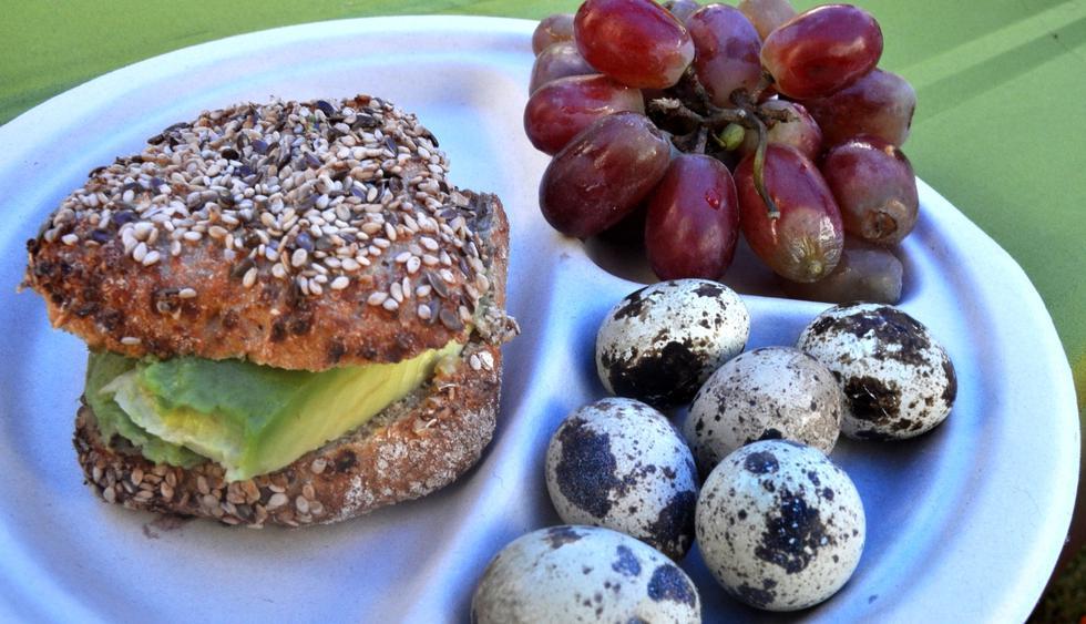 Opción1. Pan integral con palta, huevos de codorniz y uvas. (Foto: S. Aguilar)
