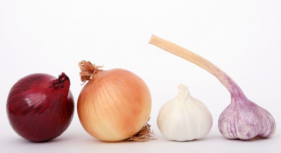 Puedes conservar tus cebollas enteras durante uno o varios meses sin refrigerar. Depende de la humedad y otros factores (Foto: freepik)