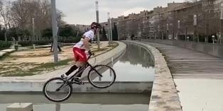 Viral: ciclista sorprende con maniobras de equilibrio | VIDEO