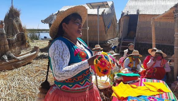 Tejedoras de las islas de los Uros saltan a las redes sociales para comercializar sus productos. (Foto: Asociación Flor del lago / Cecilia Matos)
