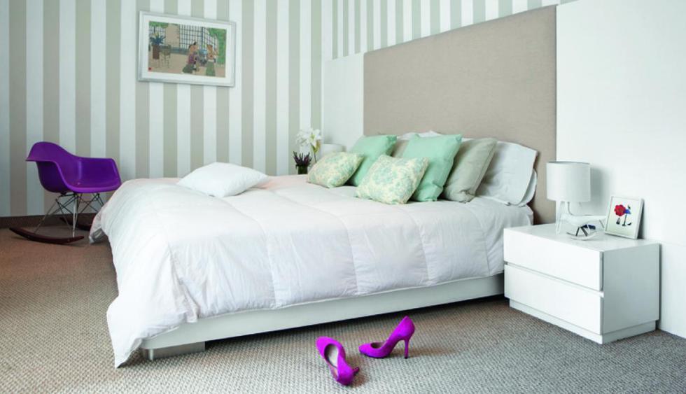 Las paredes están pintadas con látex color arena y blanco. La mecedora Eames color morado resalta en el espacio. Diseño de Jazmín Sarria. (Foto: Jaime Gianella)