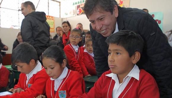 Pedro Cortez, CEO de Telefónica del Perú, y los ejecutivos Facebook, BID Invest y CAF compartieron una clase de educación digital con los alumnos de Moya. (Foto: GEC)<br>